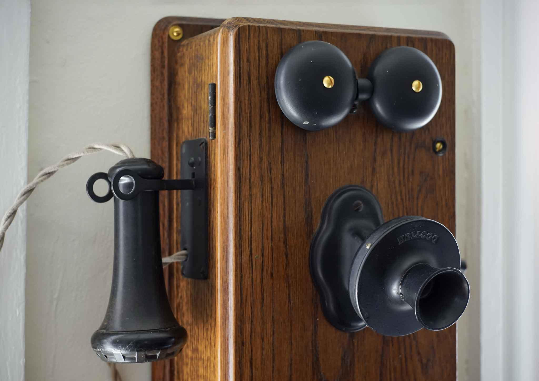 Let's combine a cheap wireless doorbell with a century-old phone